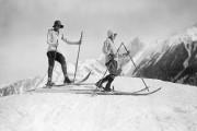 sports d'hiver à Chamonix - deux jeunes filles tentent leurs premier pas