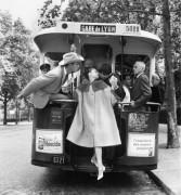 Audrey Hepburn, Mel Ferrer et Buster Keaton dans «Paris Pursuit» pour Harper's Bazaar, Paris, 9 août 1959 © The Richard Avedon Foundation
