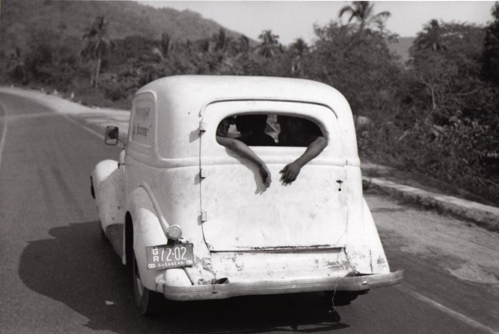 ur la route d'Acapulco, Mexique, 1966- Série Le Voyage mexicain Courtesy de l'artiste / Galerie Camera Obscura, Paris © Bernard Plossu